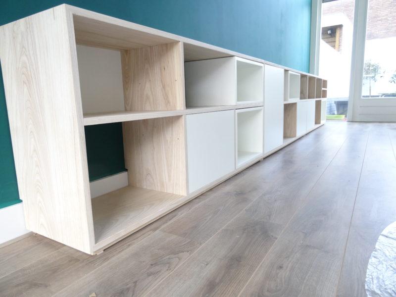 lage boekenkast op maat met zelf te kiezen indeling